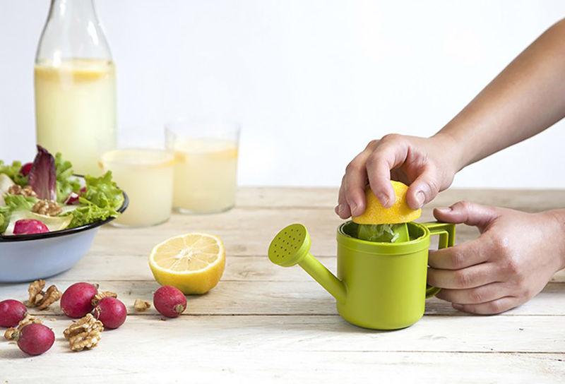366719 2 800 - Insolite : le presse-citron arrosoir