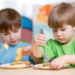 """Deux enfants train manger 0 730 486 150x150 - La génération Y donne naissance aux premiers """"bébés bio"""" !"""