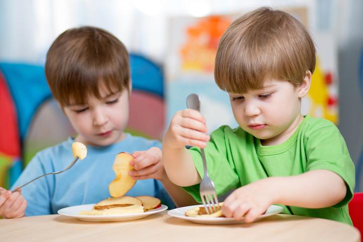 """Deux enfants train manger 0 730 486 - La génération Y donne naissance aux premiers """"bébés bio"""" !"""