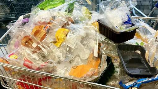"media xll 10367865 - ""Plastic attack"" : laisser ses emballages plastiques dans son caddie"
