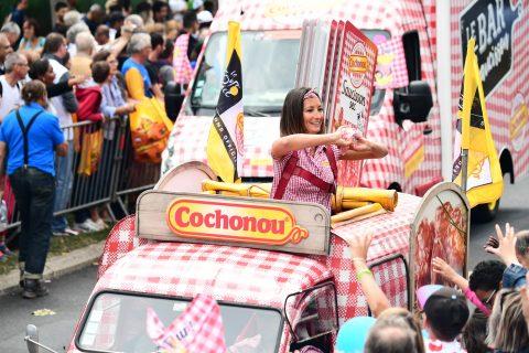 20170723TDF1069 ASO20Alex20BROADWAY 480x320 - La caravane Cochonou du tour de France se met au RSE