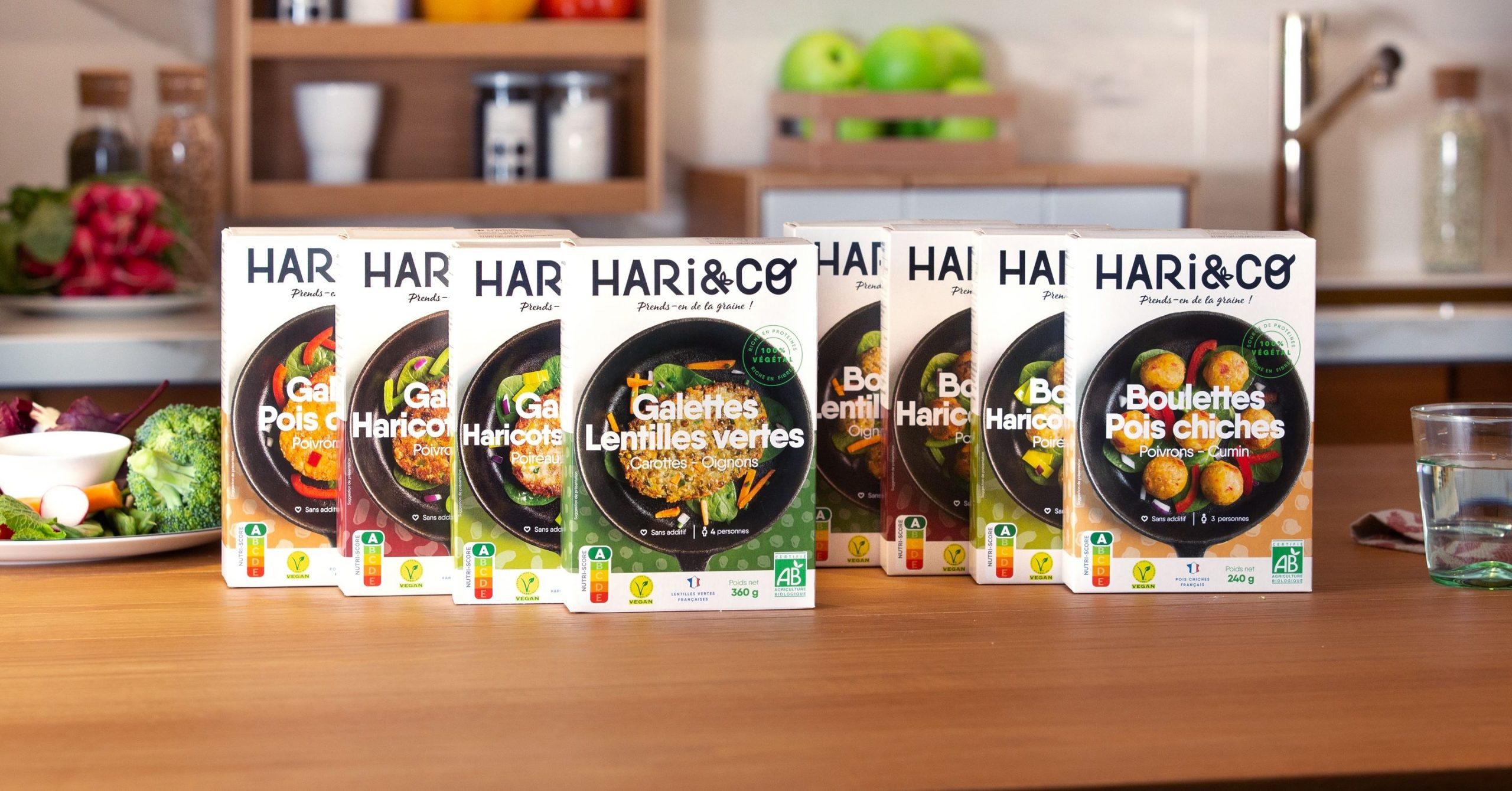 hari co boxes over kitchen table compressed scaled - Start-up : comment avancer vite ET bien ? La success story Hari&Co (1/3)