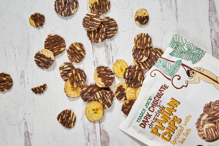 dark chocolate drizzled plantain chips - Des chips de plantain au chocolat